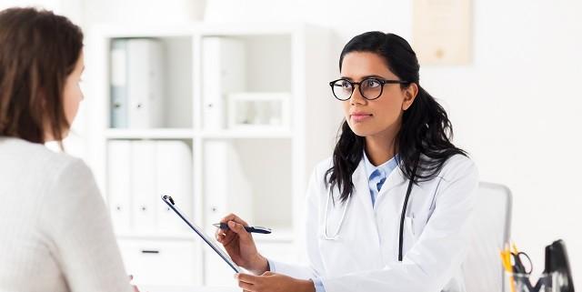 Mujer de 40 años en el médico