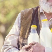 Es peligroso beber leche cruda
